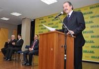 Mercadante assume com proposta de iniciar pacto nacional pela educação