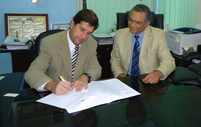 Reitor assina convênio com Pontifícia Universidade Católica do Chile